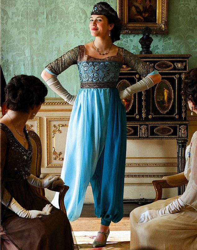o seriado Downton Abbey, Lady Sybil é recriminada por usar calças em pleno 1912