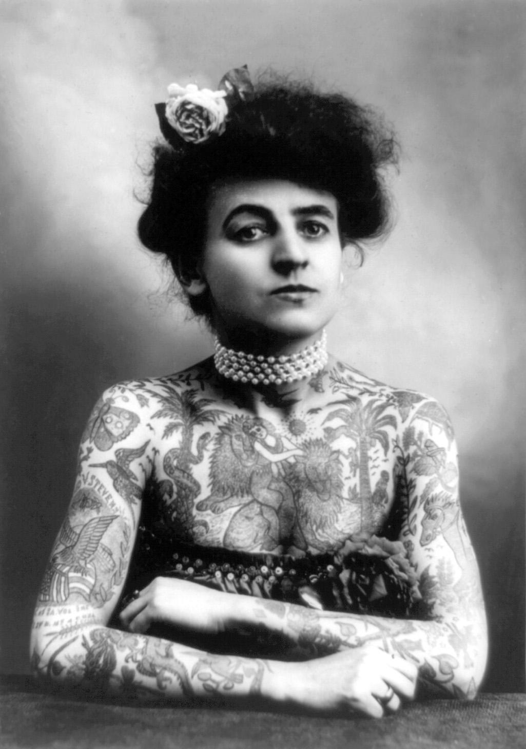 Mulher tatuada no início do século XX: na época, era motivo de tumulto.